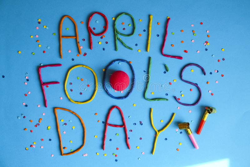 Erster Aprilscherztag des lustigen Gusses geschrieben in plastecine von verschiedenen Farben stockfoto