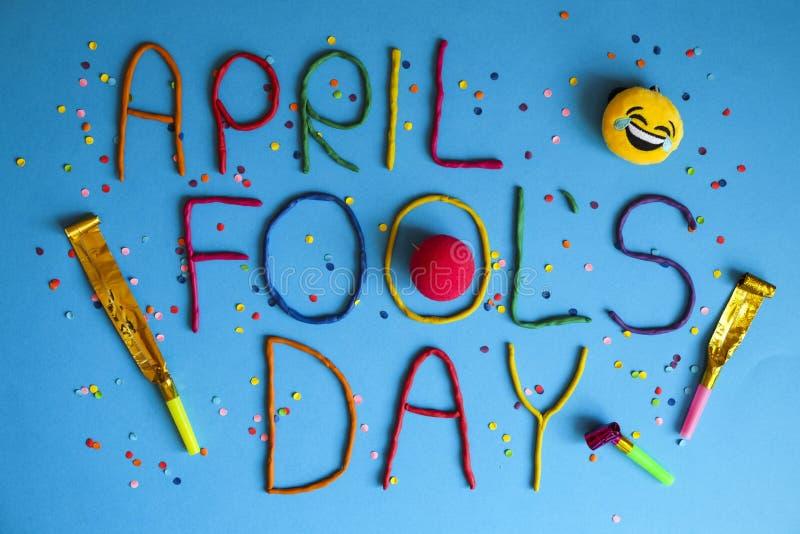 Erster Aprilscherztag des lustigen Gusses geschrieben in plastecine von verschiedenen Farben stockbild