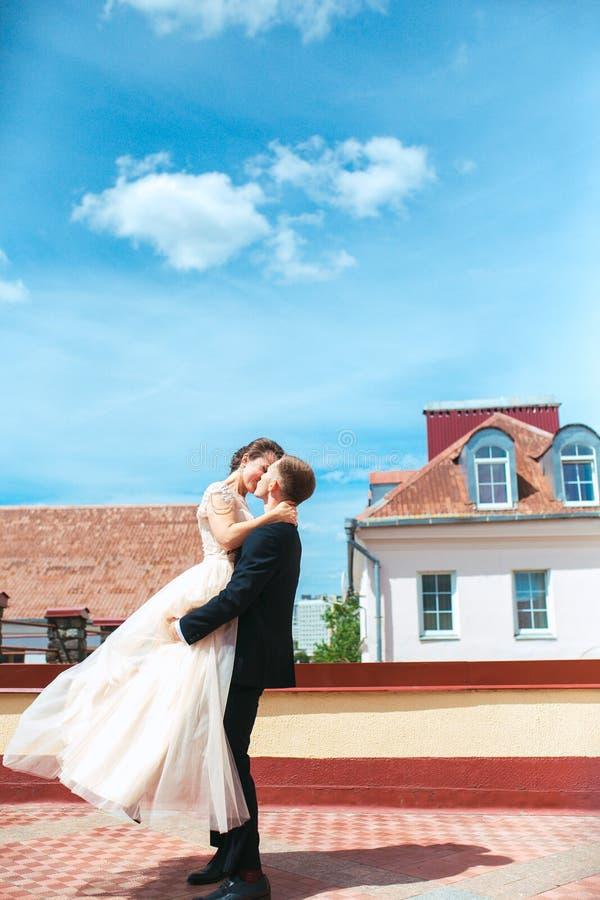 Erster Hochzeits-Tanz Heiratspaar tanzt auf das Dach Glückliche Paare in der Weinlesekleidung Glückliche junge Braut und Bräutiga stockbilder