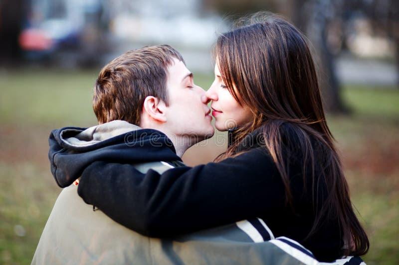 Erster Kuss stockbild