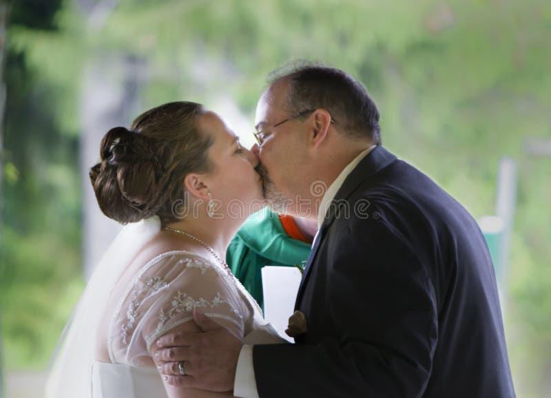 Erster Kuss des verheirateten Paars stockfotos