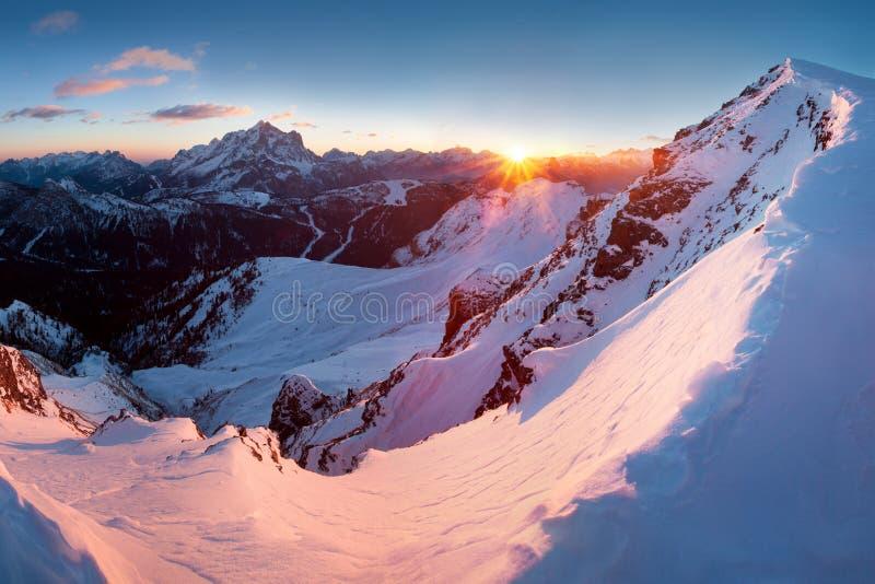 Erster Schnee in den Alpen Fantastischer Sonnenaufgang in den Dolomitbergen, Süd-Tirol, Italien im Winter Italienische alpine Pan lizenzfreie stockfotografie