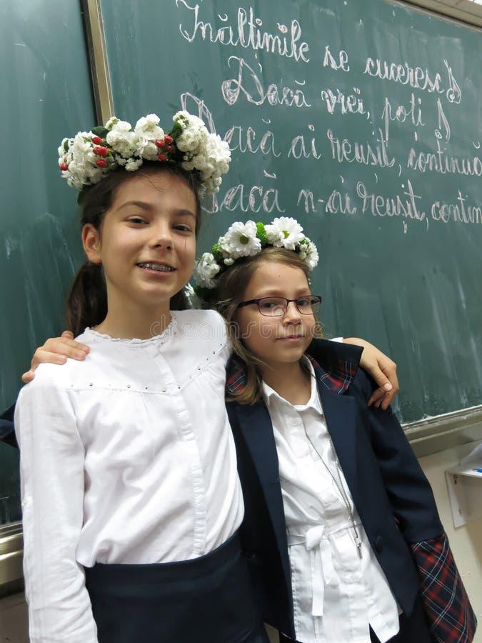 Erster Tag der Mädchen in der Schule lizenzfreie stockfotografie