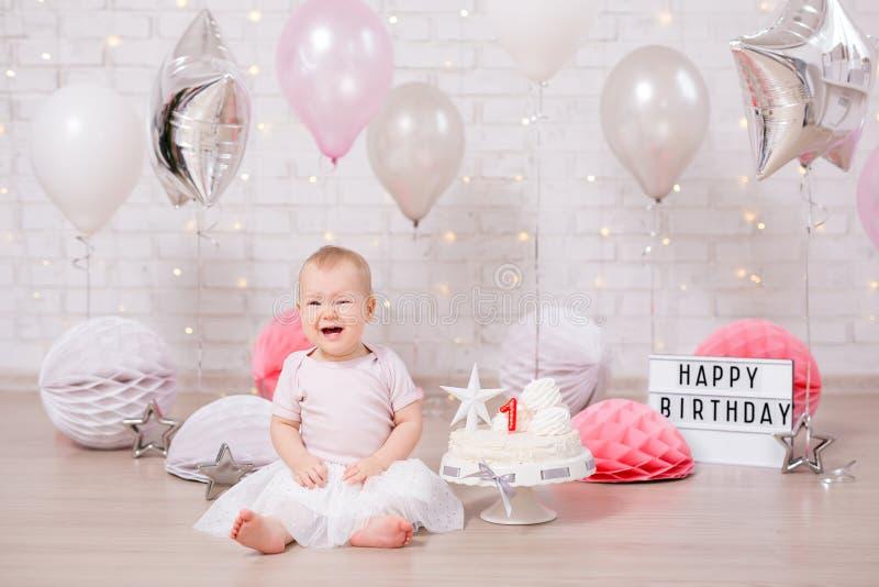 Erstes Geburtstagsfeierkonzept - nettes kleines Mädchen, das mit Kuchen und Ballonen schreit stockbilder