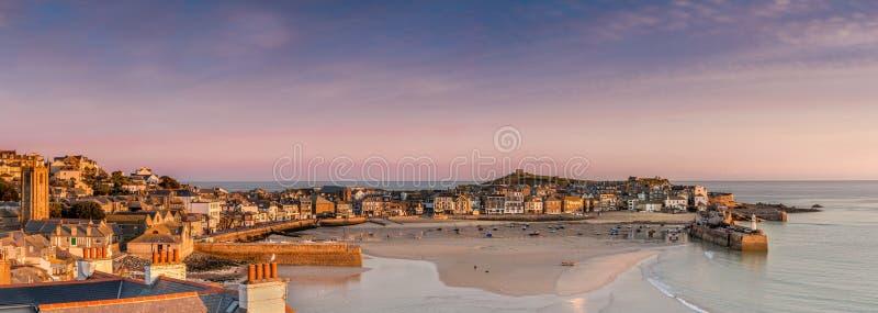 Erstes helles über St. Ives Harbour, Cornwall lizenzfreies stockbild