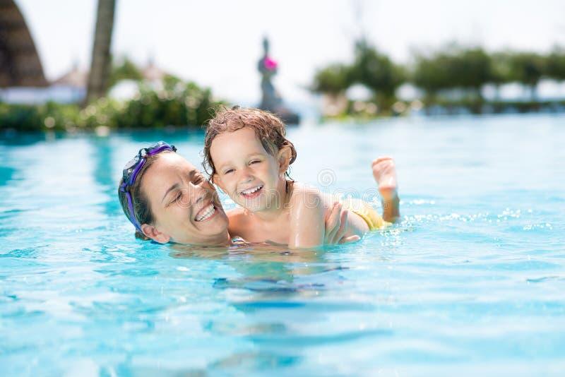 Erstes Mal im Swimmingpool stockbilder