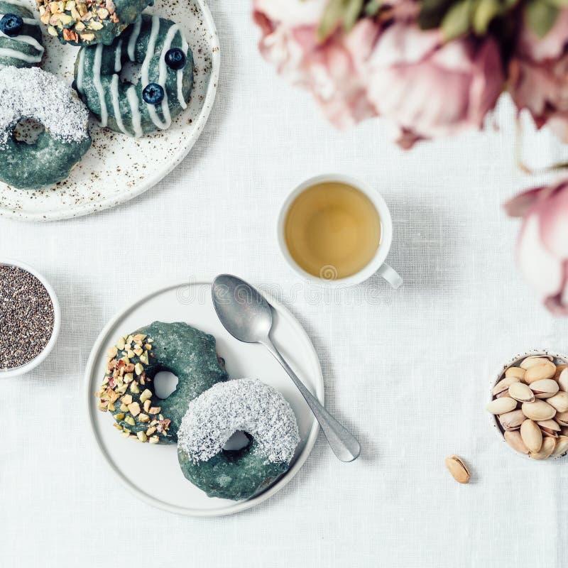 Erstklassige Glasur spirulina des strengen Vegetariers Schaumgummiringe lizenzfreie stockfotografie