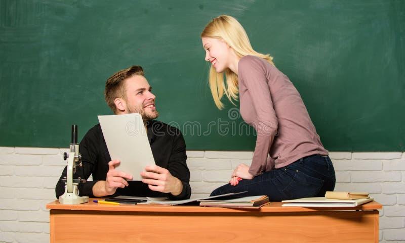 ertificate bewijst met succes overgegaan universitair ingangsexamen Studenten op de achtergrond van het klaslokaalbord Onderwijs stock fotografie