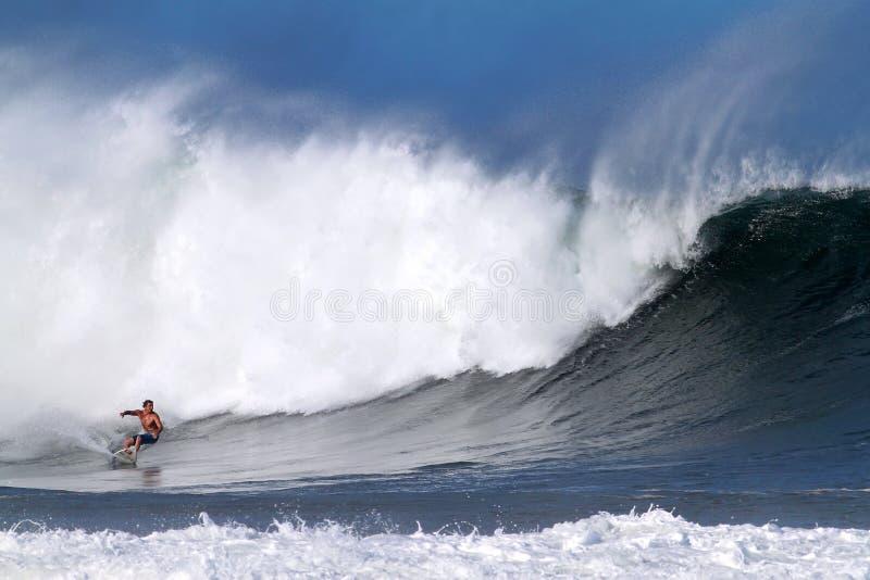Ertsader McIntosh die bij Pijpleiding in Hawaï surft royalty-vrije stock foto