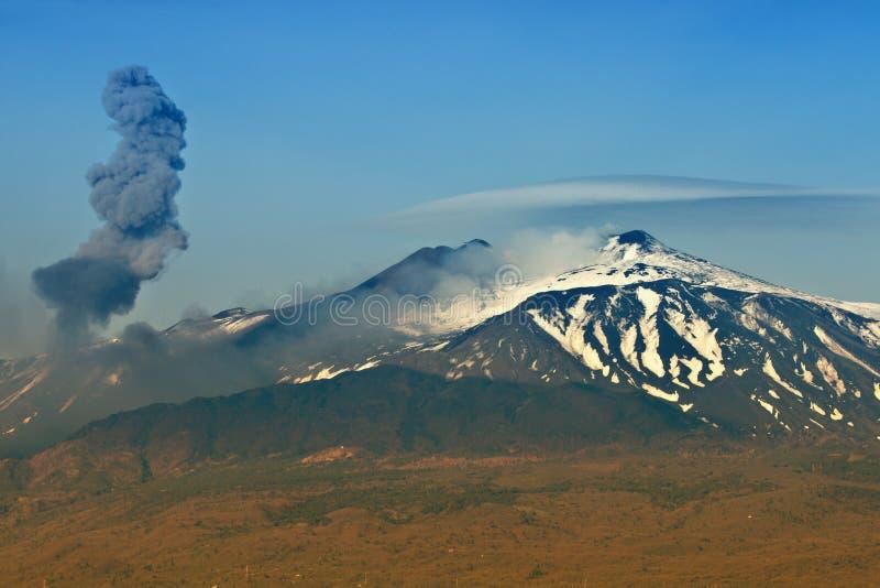 Erupção da cinza em Etna Vulcano fotos de stock
