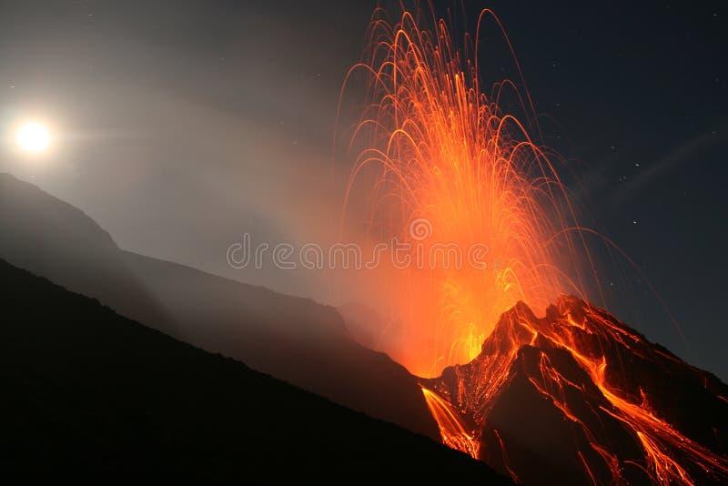 Erupção da Lua cheia, Stromboli fotografia de stock royalty free