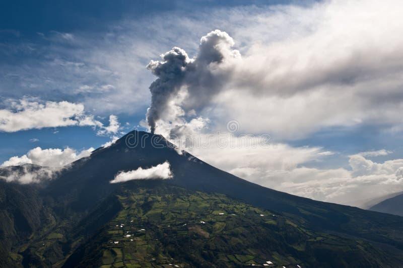 Erupção de um vulcão imagens de stock royalty free