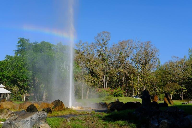 Erupção do geyser água geotérmica de explosão da mola quente fotos de stock