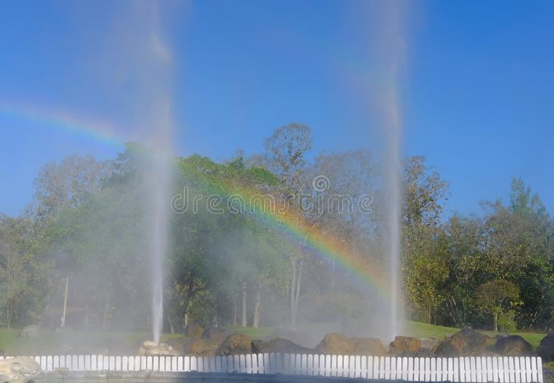 Erupção do geyser água geotérmica de explosão da mola quente fotografia de stock royalty free