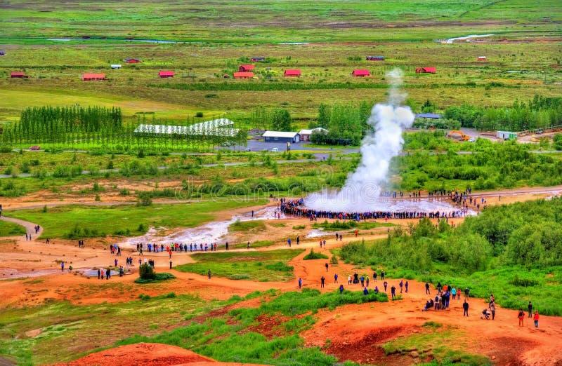 Erupção do geyser de Strokkur em Islândia foto de stock