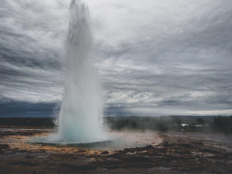 Erupção do geysir Strokkur na área de Haukadalur imagem de stock