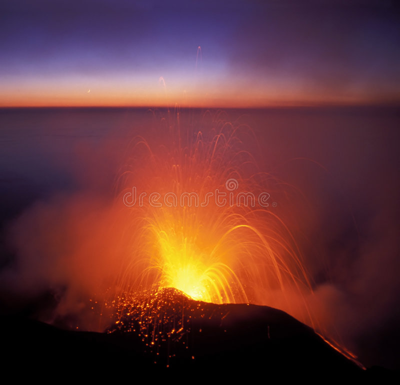 Erupção do vulcão foto de stock