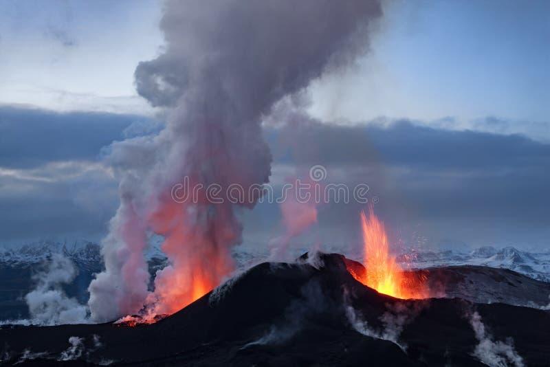 Erupção do vulcão imagens de stock