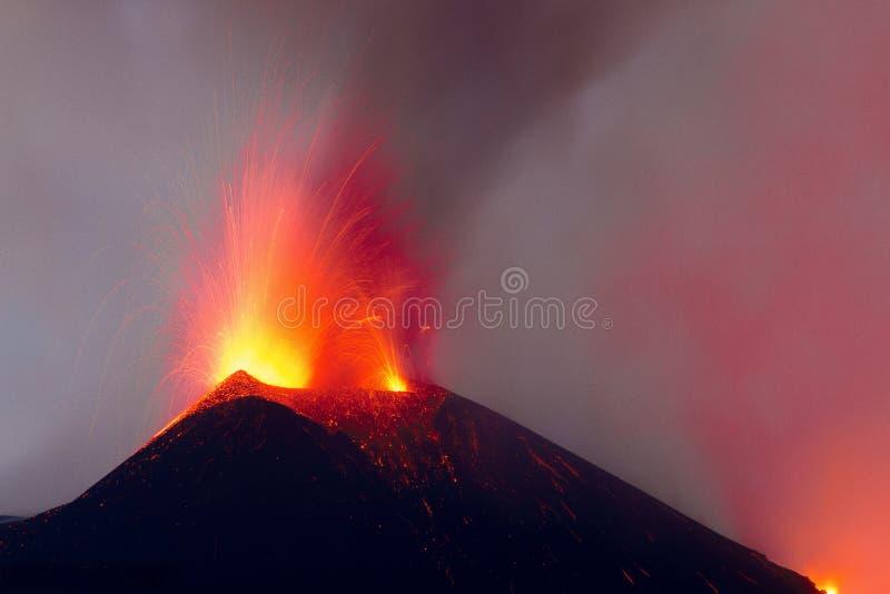 Erupção do vulcão Etna com explosões de explosões da lava da cratera ativa imagens de stock