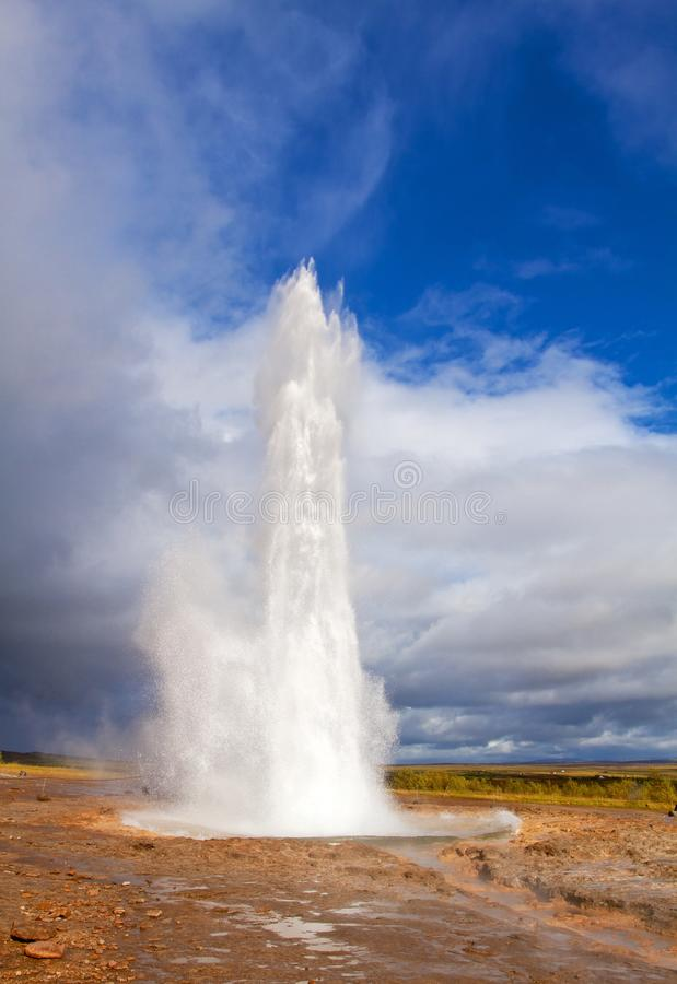 Erupção islandêsa famosa e a mais grande do geyser fotografia de stock