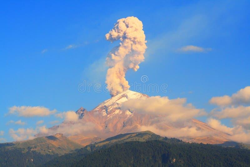 erupción foto de archivo