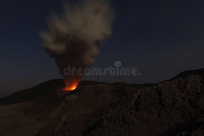 Erupción de la noche del volcán de Ibu - Halmahera, islas de Maluku, Indonesia imágenes de archivo libres de regalías