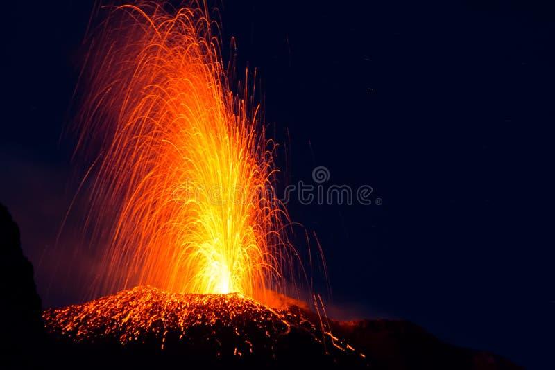 Erupción de Stromboli imagen de archivo libre de regalías