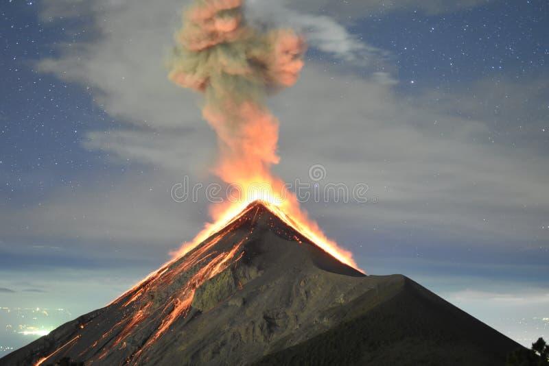 Erupción de Volcano Fuego con las estrellas en Guatemala, capturada desde arriba del Acatenango fotos de archivo