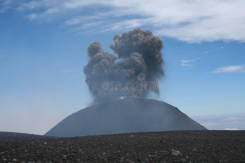 Erupción del cráter suroriental imagen de archivo libre de regalías