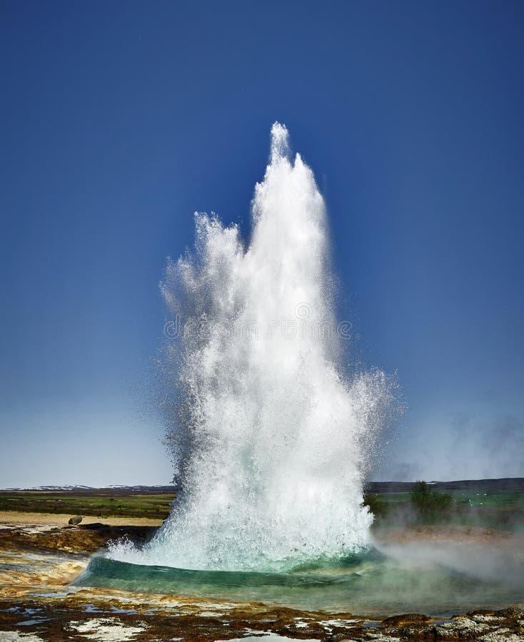Erupción del géiser en el verano de Islandia foto de archivo libre de regalías