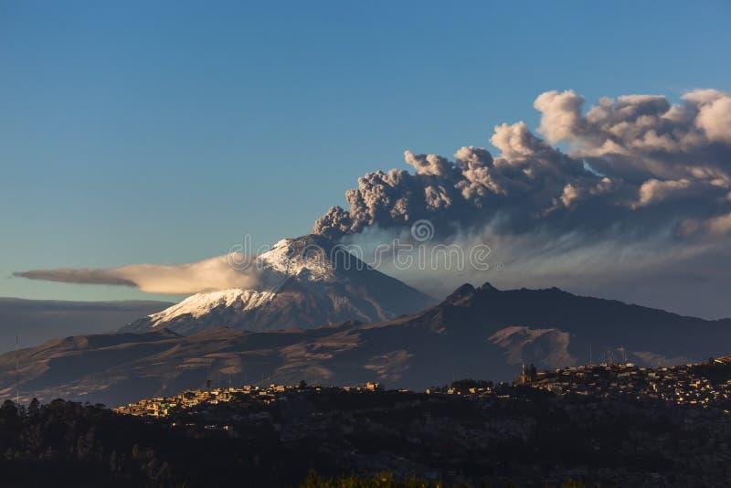 Erupción del volcán de Cotopaxi fotos de archivo libres de regalías