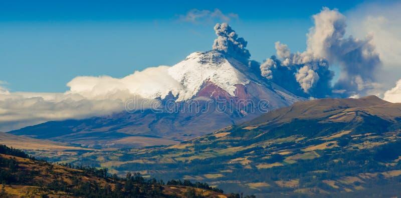 Erupción del volcán de Cotopaxi en Ecuador, del sur foto de archivo