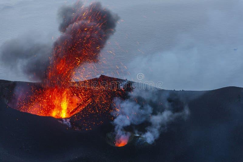 Erupción del volcán de Stromboli en la pequeña isla cerca de Sicilia en el mar tirreno imagenes de archivo