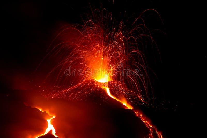Download Erupción Del Volcán El Etna En Sicilia Imagen de archivo - Imagen de incandescente, noche: 44857759