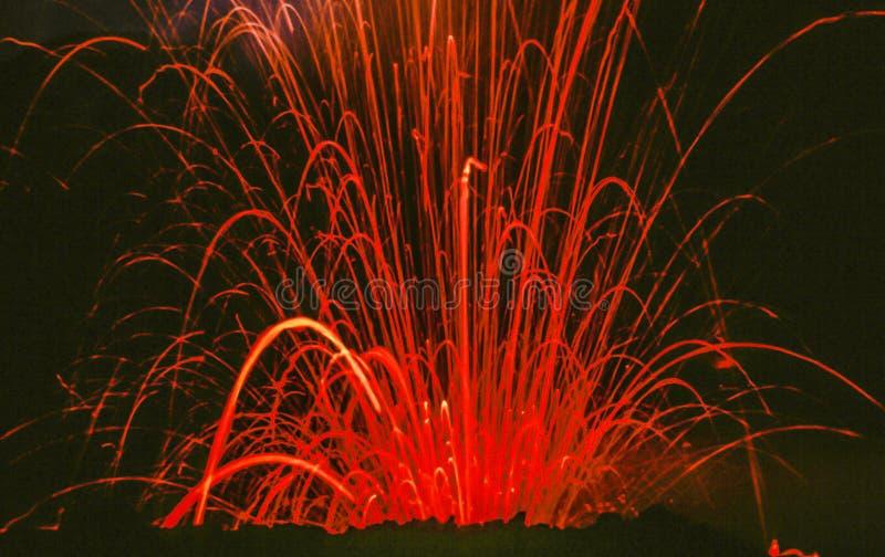 Erupción en el volcán Stromboli en Italia por noche foto de archivo