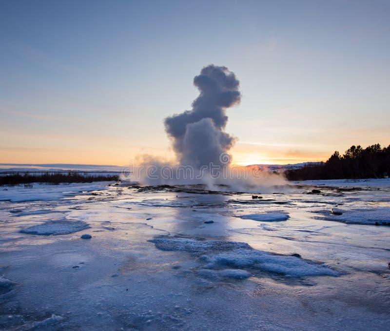 Eruption berühmten Strokkur-Geysirs in Island lizenzfreie stockfotos