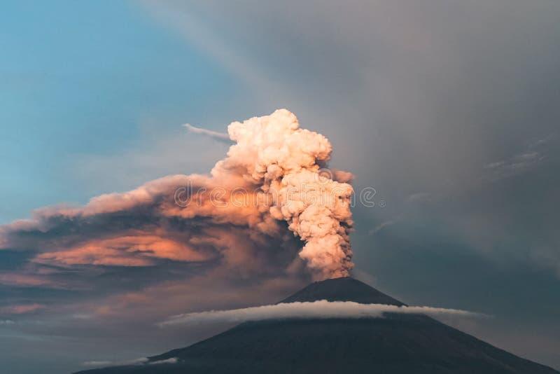 eruption Club di fumo e della cenere nell'atmosfera fotografia stock