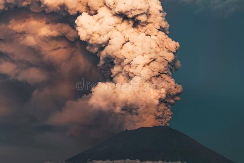 eruption Club di fumo e della cenere nell'atmosfera immagine stock