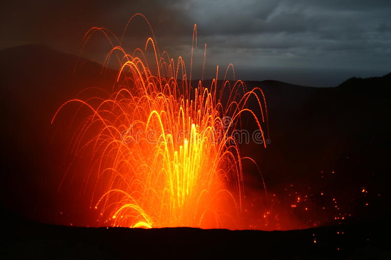 Erupção do vulcão em Vanuatu, South Pacific fotografia de stock