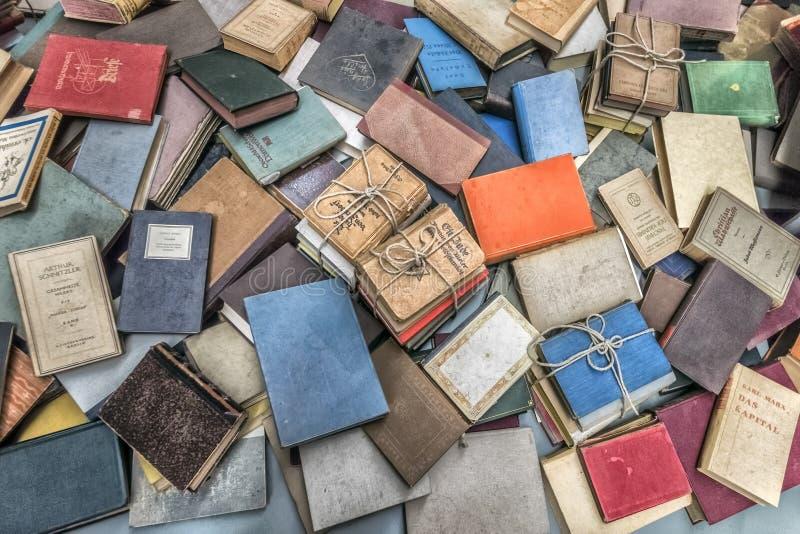 Erusalem Israel September 14, 2017 Holocaustmuseum nach innen Die Bücher, die die verbannten Leute mit ihnen hatten, als sie Tran stockbilder