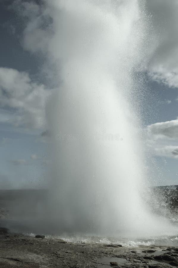 Eruzione del geyser di Strokkur fotografia stock libera da diritti