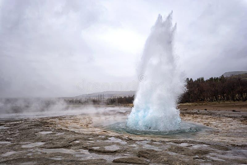 Eruzione del geyser di Strokkur, Islanda immagine stock