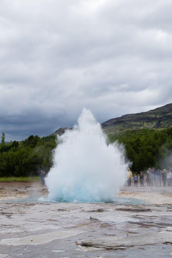 Eruzione del geyser di Strokkur Vista del geyser di Geysir, Islanda immagine stock libera da diritti