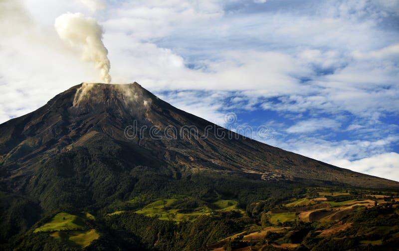 Eruzione del vulcano di Tungurahua nell'Ecuador fotografie stock libere da diritti