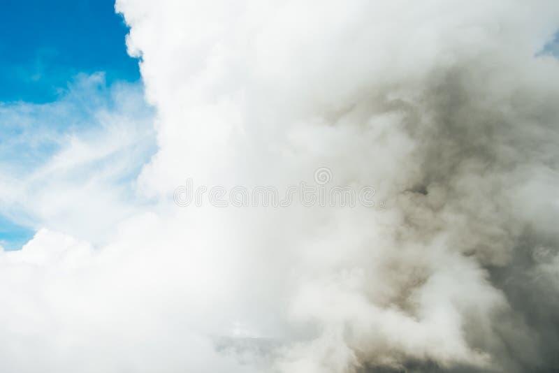 Eruzione di Bromo che libera fumo, vapore e le ceneri alla gente sulla terra fotografia stock libera da diritti