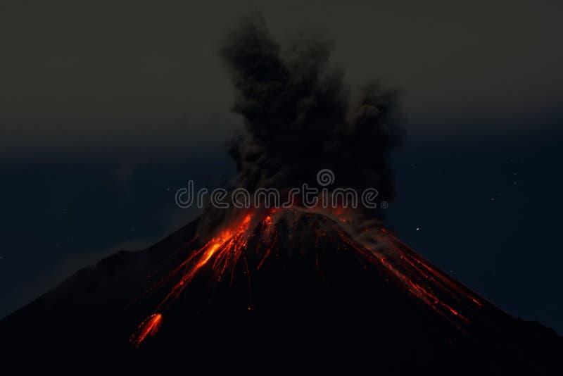 Eruzione di notte del vulcano di Reventador - Ecuador immagini stock