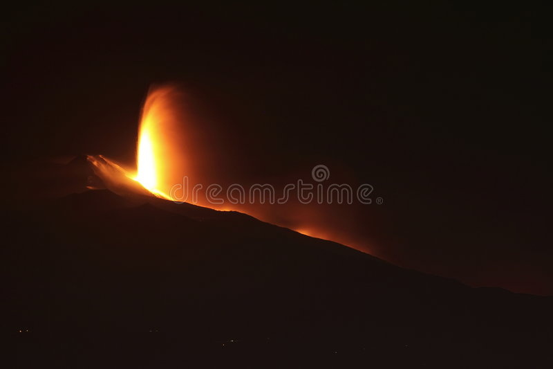 Eruzione di notte dell'Etna immagini stock libere da diritti