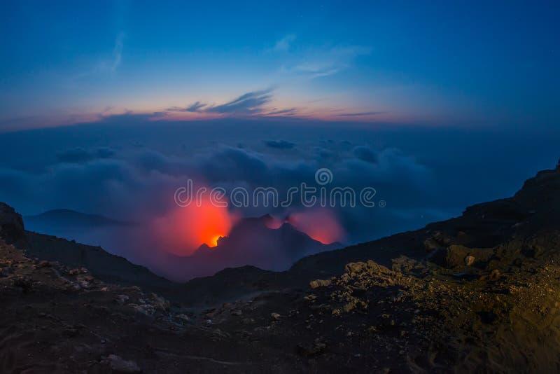 Eruzione spettacolare del vulcano di Stromboli durante la notte fotografia stock libera da diritti