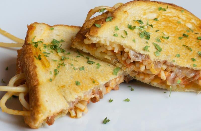 Erva-benta grelhada espaguetes do sanduíche do queijo do tiro do close-up acima fotografia de stock royalty free