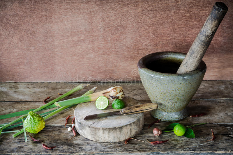 Erva e ingredientes picantes do alimento tailandês no fundo de madeira dentro fotos de stock